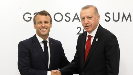 Le président français Emmanuel Macron en compagnie du président Turc, Recep Tayyip Erdogan, le 28 juin 2019 à Osaka au Japon.