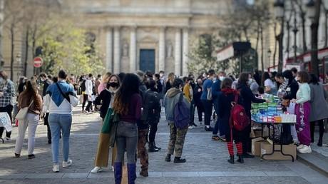 Le 24 mars 2021 à Paris, des centaines d'étudiants ont bénéficié d'une distribution de produits alimentaires et produits d'hygiène organisée par des associations étudiantes.
