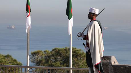 Un membre de la Garde républicaine algérienne se tient à côté du drapeau algérien à Alger, le 6 décembre 2017 (image d'illustration).