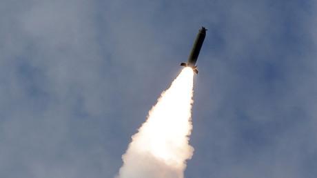 Un tir de missile nord-coréen lors d'un exercice auquel assistait Kim Jong-un, le 2 mars 2020 (image d'illustration)