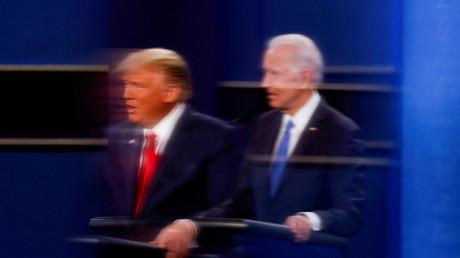 Le reflet de Donald Trump et de Joe Biden dans une plaque de plexiglass lors du second débat lors de la campagne présidentielle à Nashville, le 22 octobre 2020 (image d'illustration)
