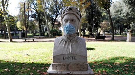 Un masque sanitaire sur le buste de Dante, à Rome, le 10 novembre 2020 (image d'illustration)