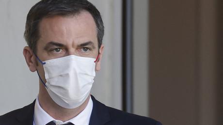 Le ministre français de la Santé, Olivier Veran, sort d'une réunion hebdomadaire organisée au Palais de l'Élysée, le 24 mars 2021.