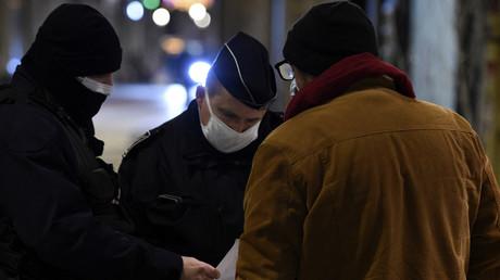 La police vérifie l'attestation de déplacement d'un passant à Metz, le 5 janvier 2021 (image d'illustration)
