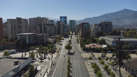 Une route presque déserte en raison du confinement à Santiago du Chili, le 27mars 2021.
