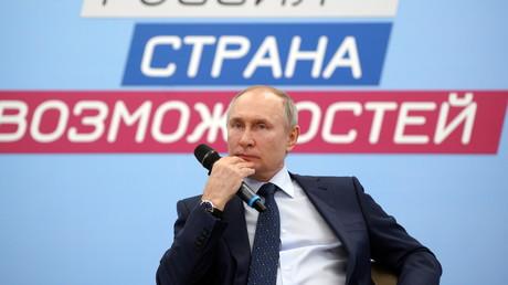 Le président russe Vladimir Poutine assiste à une session du conseil de surveillance de l'organisation «Russie - le pays des opportunités» près de Moscou, le 26 mars 2021.