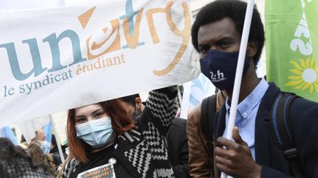Des manifestants tiennent une banderole du syndicat Unef lors d'une manifestation contre la précarité des étudiants, à Paris le 16 mars 2021 (image d'illustration).