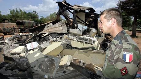 Un soldat français regarde les dégâts causés par l'attaque sur le lycée Descartes de Bouaké (Côte d'Ivoire), le 10 novembre 2004.