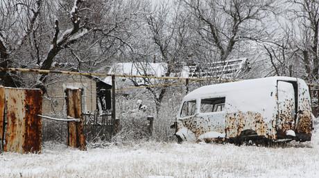 Un véhicule détruit par un bombardement dans un village de la région de Donetsk, en Ukraine, le 6 mars 2021 (image d'illustration).