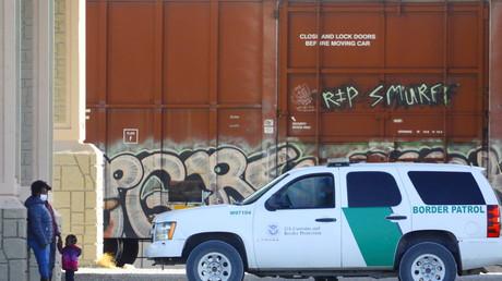 Des migrants détenus par un agent de la patrouille frontalière américaine à El Paso, Texas, le 30 mars 2021 (image d'illustration).