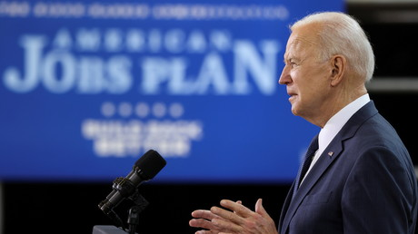 Le président des Etats-Unis Joe Biden défend son programme d'investissement dans les infrastructures au Carpenters Pittsburgh Training Center à Pittsburgh, en Pennsylvanie le 31 mars.