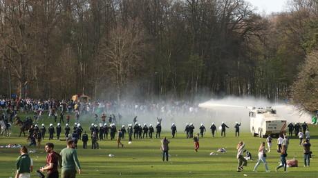 La police belge disperse des jeunes rassemblés au parc du Bois de la Cambre pour une fête contre les mesures et restrictions sanitaires, à Bruxelles, Belgique, le 1er avril 2021.