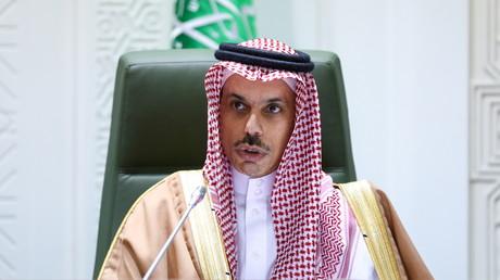 Le ministre saoudien des Affaires étrangères Fayçal ben Farhan lors d'une rencontre avec son homologue russe Sergueï Lavrov à Riyad, le 10 mars 2021.