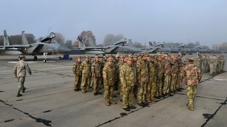 Des militaires ukrainiens et américains se tiennent devant des chasseurs F-15 américains lors d'un exercice de l'armée de l'air sur la base aérienne militaire de Starokostiantyniv, le 12 octobre 2018.