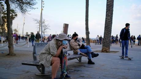 Des passants munis de masques sur le front de mer à Barcelone, le 2 avril 2021 (image d'illustration).