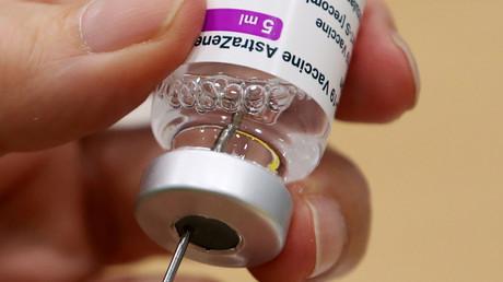 Un professionnel de santé prépare une dose de vaccin AstraZeneca dans un centre de vaccination à Anvers (Belgique), le 18 mars 2021 (image d'illustration).