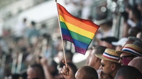Un spectateur tient un drapeau arc-en-ciel lors de la cérémonie d'ouverture de l'édition 2018 des Gay Games au Stade Jean-Bouin à Paris, le 4 août 2018 (image d'illustration).