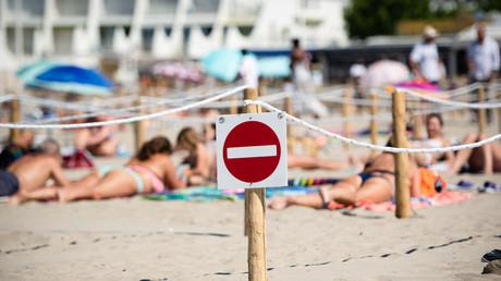Un panneau «stop» sur la plage de la Grande-Motte, le 21 mai 2020 (image d'illustration)