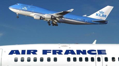 Photo d'archive prise le 1er janvier 2003 à l'aéroport de Schipol à Amsterdam montrant un Boeing 747-400 de KLM survolant un avion d'Air-France (illustration).