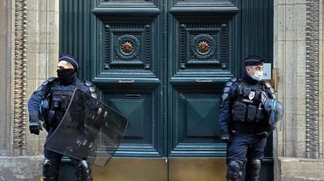 Des policiers tiennent la garde devant le palais Vivienne, propriété du collectionneur Pierre-Jean Chalençon. Il est soupçonné d'y organiser des dîners clandestins en pleine crise sanitaire (image d'illustration).