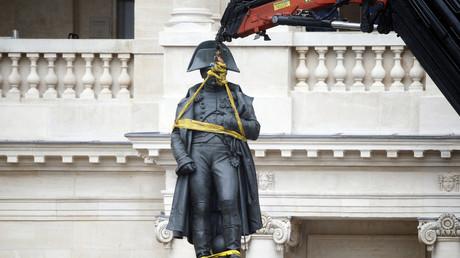 Déplacement de la statue Napoléon de la cour des Invalides lors d'une restauration en 2015 (image d'illustration).
