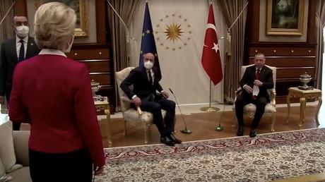 Ursula von der Leyen de dos, face à Charles Michel et Recep Tayyip Erdogan, tous deux assis.