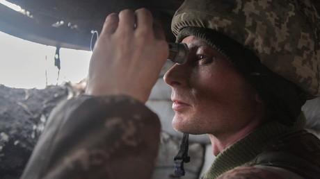 Un soldat ukrainien en observation depuis la ligne de contact, marquant la séparation entre la zone sous contrôle de Kiev et les républiques autoproclamées aux mains des rebelles, le 3 avril 2021 (illustration).