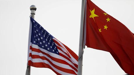Des drapeaux chinois et américains photographiés à Pékin, en Chine, le 21 janvier 2021 (illustration).
