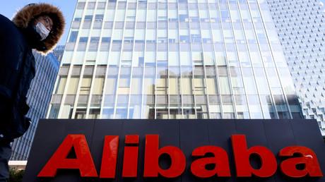 Le logo du groupe Alibaba devant ses bureaux de Pékin, en Chine, le 5 janvier 2021 (image d'illustration).