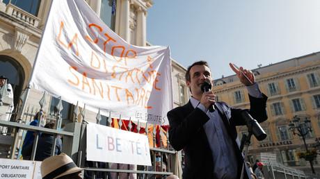 Le chef des Patriotes, Florian Philippot, prend la parole à l'occasion d'un rassemblement à Nice contre les mesures sanitaires le 26 février 2021.