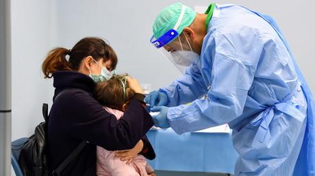 Un enfant reçoit un vaccin contre la grippe dans un hôpital militaire à Milan en Italie en novembre 2020 (image d'illustration).