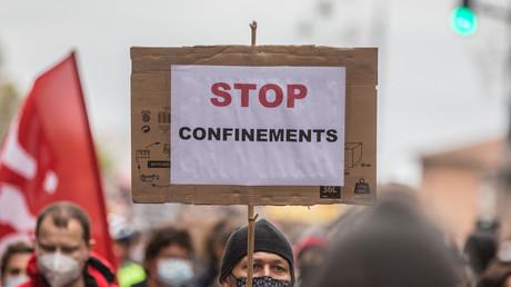 Un manifestant tient une pancarte où est inscrit «Stop confinements» lors d'une manifestation réclamant plus de ressources pour les soins de santé à Toulouse (Haute-Garonne), le 7 novembre 2020 (image d'illustration).