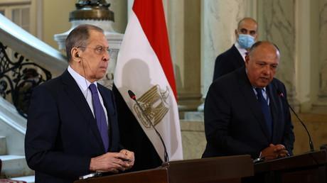 Les ministres russe et égyptien des Affaires étrangères, Sergueï Lavrov et Sameh Choukry à l'occasion d'une conférence de presse le 12 avril 2021 au Caire (Egypte).
