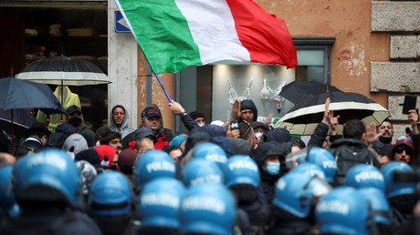 Une manifestation anti-confinement à Rome, en Italie, le 12 avril 2021.