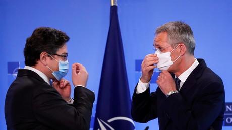 Le chef de la diplomatie ukrainienne Dmytro Kuleba et le secrétaire général de l'OTAN Jens Stoltenberg, le 13 avril à Bruxelles.
