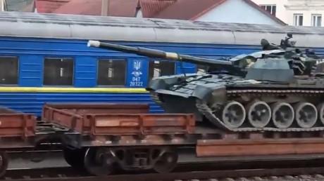 CNN dénonce les préparatifs à la guerre de la Russie en montrant des images de chars... ukrainiens