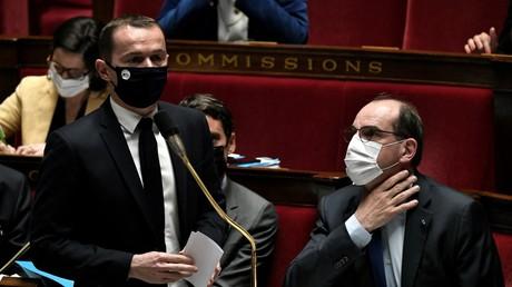 Le ministre français de l'Action et des Comptes publics Olivier Dussopt (debout) lors d'une session de questions au gouvernement à l'Assemblée nationale à Paris le 13 avril 2021.