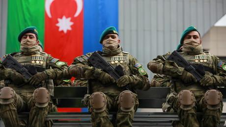 A Bakou, des soldats azerbaïdjanais paradent le 10 décembre 2020 pour célébrer la victoire sur le plateau du Haut-Karabagh.