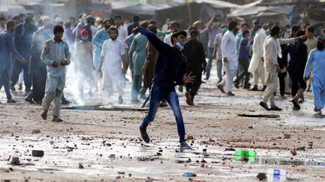Un partisan du parti islamiste TLP lance une pierre vers la police lors d'une manifestation à Lahore le 13 avril contre l'arrestation du leader de TLP.