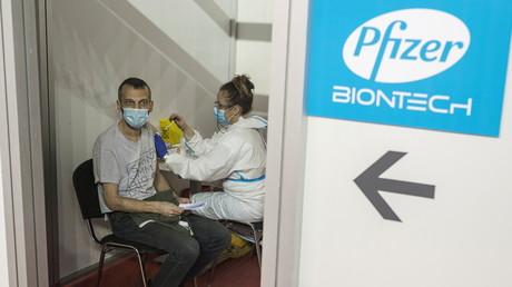 Une personne reçoit une dose du vaccin Pfizer/BioNTech à Belgrade, en Serbie, le 13 avril 2021 (image d'illustration).