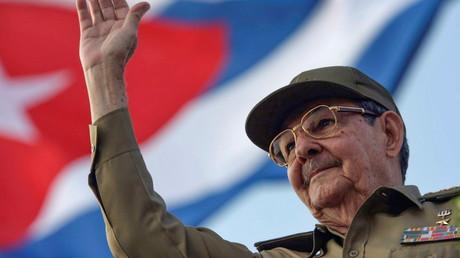 Raul Castro salue la foule lors d'un défilé à la Havane, le 1er mai 2008 (image d'illustration).