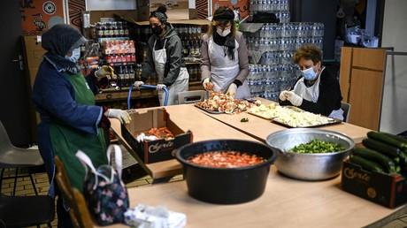 Des bénévoles préparent les repas pour les personnes dans le besoin le premier jour du ramadan à Paris le 13 avril 2021 (image d'illustration).