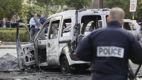 Un policier près d'un des deux véhicules de police incendiés à Viry-Châtillon, le 8 octobre 2016 (image d'illustration).
