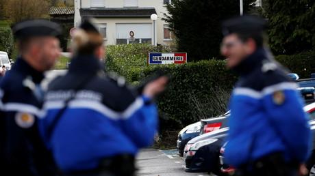 Des gendarmes français se tiennent debout devant le bâtiment de la caserne de Dieuze situé dans la Moselle le 4 février 2020 (image d'illustration).