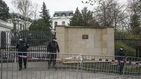 Des policiers stationnés devant l'ambassade de Russie à Prague, le 18 avril.