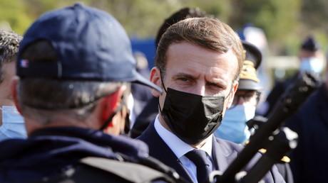 Le président français, Emmanuel Macron, discute avec un policier sur la frontière franco-espagnole située proche du Perthus, le 5 novembre 2020.