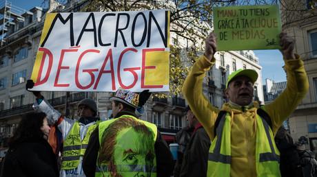 Un homme tient une pancarte à Paris le 17 novembre 2019, lors des manifestations marquant le premier anniversaire du mouvement des Gilets jaunes (image d'illustration).