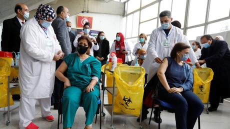 Le 13 mars 2021, des soignants vaccinent le personnel médical à Tunis (image d'illustration).