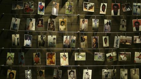 Des photos de victimes du génocide au Rwanda installées sur un mur du mémorial de Gisozi, à Kigali, le 5 avril 2004 (image d'illustration).