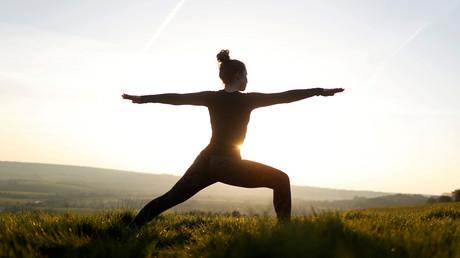 Une femme pratique le yoga dans le village de Chinnor en Angleterre (image d'illustration).